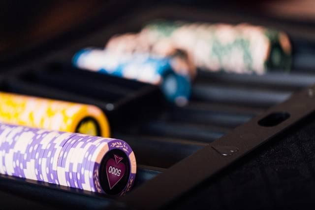 カジノディーラーのチップ|ぱくたそフリー写真素材 (3202)