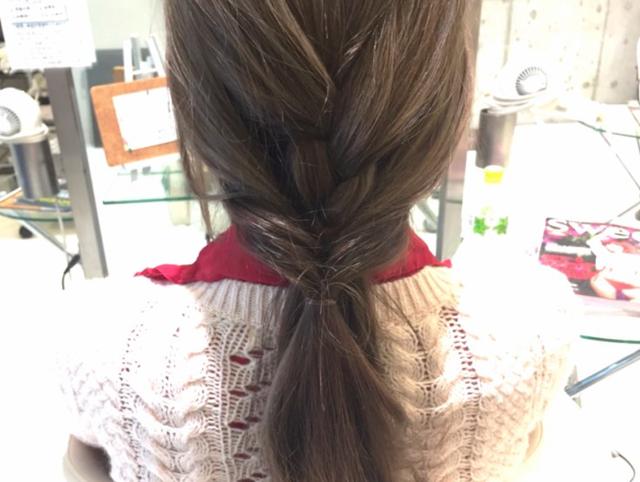 梅雨の湿気に負けないまとめ髪を手に入れる!雨の日のお出掛けもバッチリな三つ編みヘアアレンジ | ハウコレ (7694)