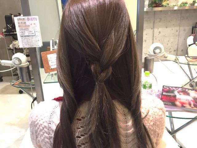 梅雨の湿気に負けないまとめ髪を手に入れる!雨の日のお出掛けもバッチリな三つ編みヘアアレンジ | ハウコレ (8701)