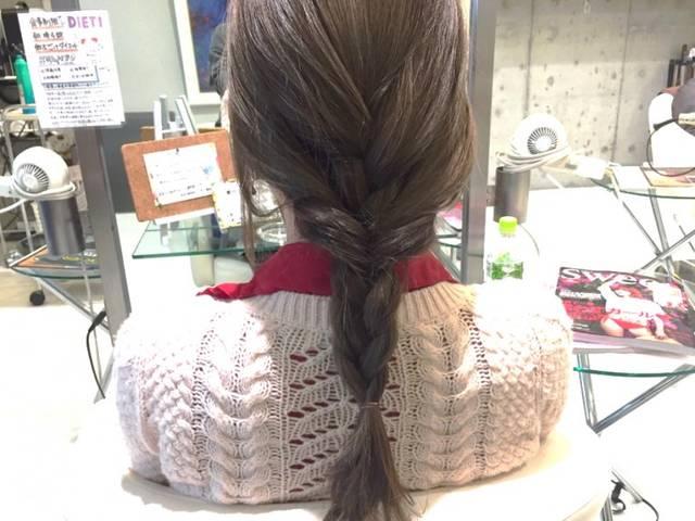 梅雨の湿気に負けないまとめ髪を手に入れる!雨の日のお出掛けもバッチリな三つ編みヘアアレンジ | ハウコレ (8707)