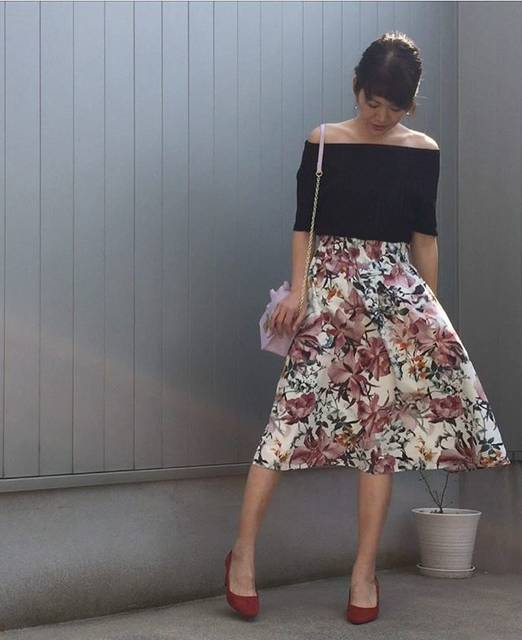 オフショルダー+花柄スカート