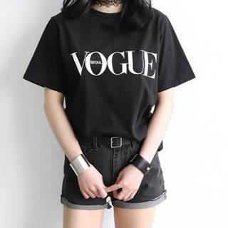 今巷で流行りの「VOGUE」Tシャツです♪雑誌やイ...