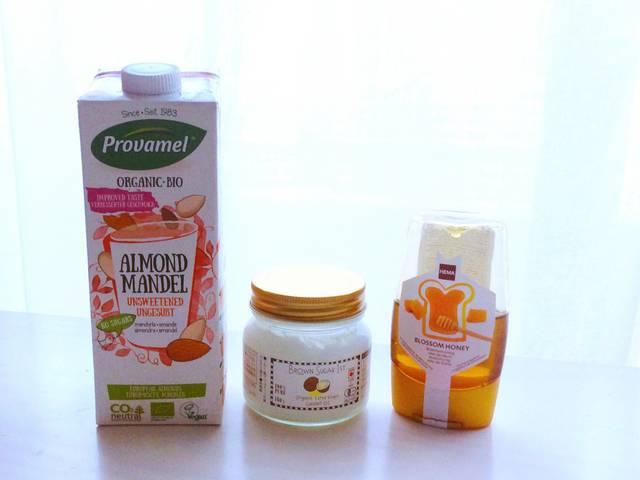 (左から)アーモンドミルク、ココナッツオイル、ハチミツ...