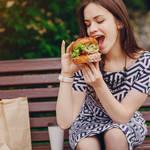 【たくさん食べる女性はモテる!?】寒い季節こそ食べる女子最大のモテ期かもしれない説