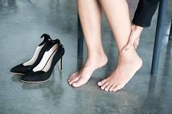 「パンプスがきつい…」夕方の足のむくみはオフィスで解消できるんです。
