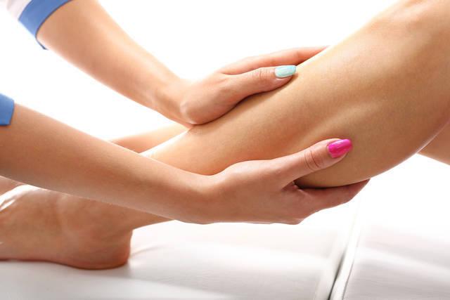 脚のむくみをスッキリ改善!むくんでしまう原因と改善方法