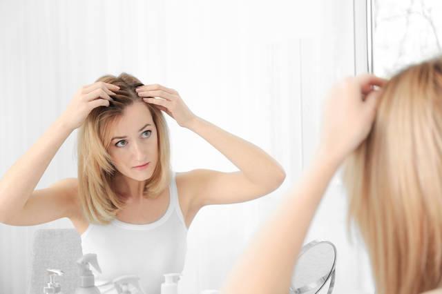 女性の薄毛患者急増?悩む前に学ぶ抜け毛の原因と対策とは