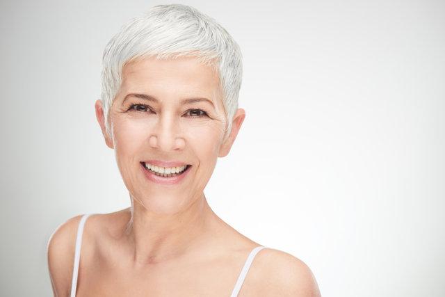 白髪を活かしてオシャレに。白髪を隠さずかっこよく見せる方法