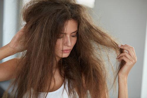 梅雨で髪が広がる・うねる時の前日からできる対策やスタイリングのコツをご紹介!