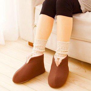 足の冷えない不思議な靴下|寒い日は魔法瓶を履いてホッと一息。
