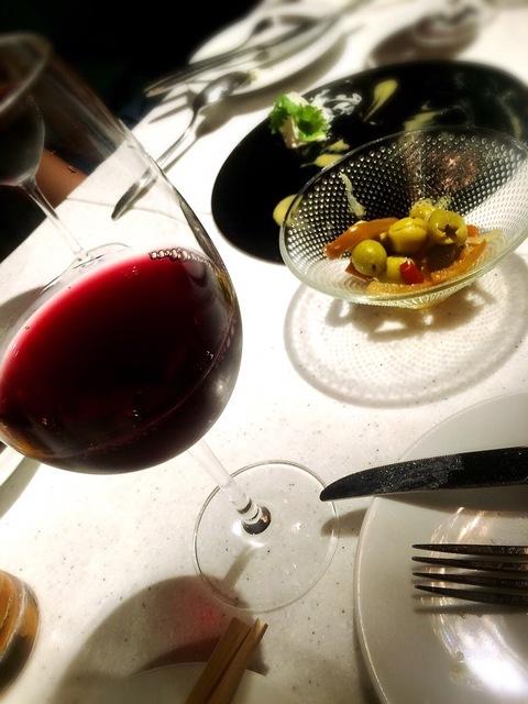 赤ワインとお通しのオリーブ