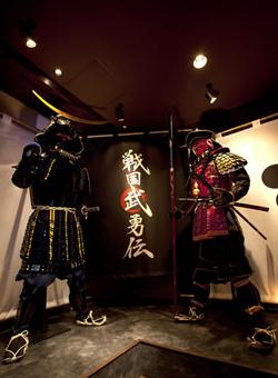 伊達政宗(左)と前田慶次(右)