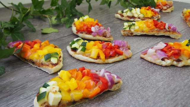 ハロウィンパーティを彩るカラフルベジーピザ