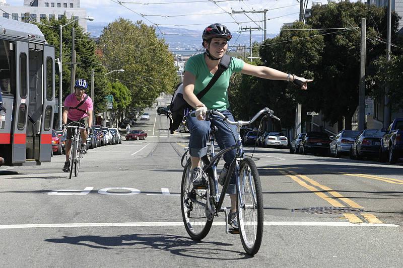 自転車の安全運転のためにハンドサイン(手信号)を使おう!