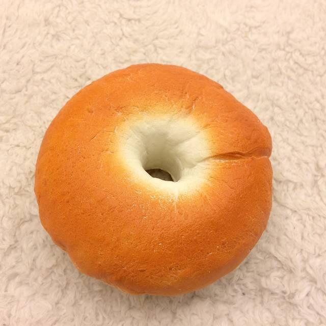表側:ぷっくりした不規則なドーナツ形状が小麦がふくらん...