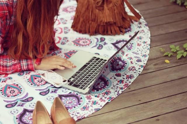 外でパソコンを広げ、青空コーディングをする女の子の画像|おしゃれなフリー写真素材:GIRLY DROP (49114)