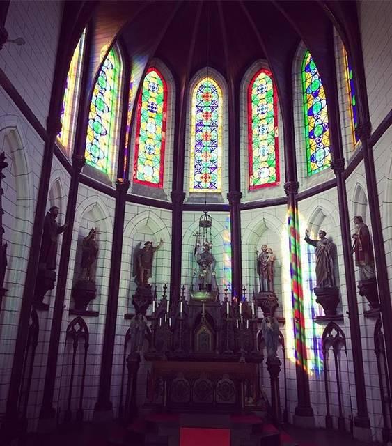 フォトジェニック 聖ザビエル天主堂 祭壇とステンドグラス