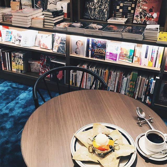 渋谷QFRONTの7階にあるワイアードのブックカフェ