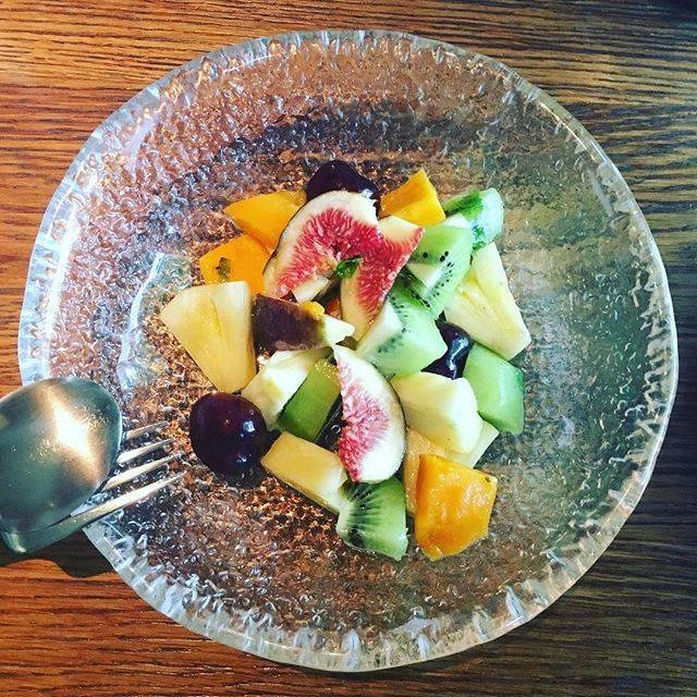 朝ごはん食べに行ってフルーツサラダたべるとかめずらしすぎて