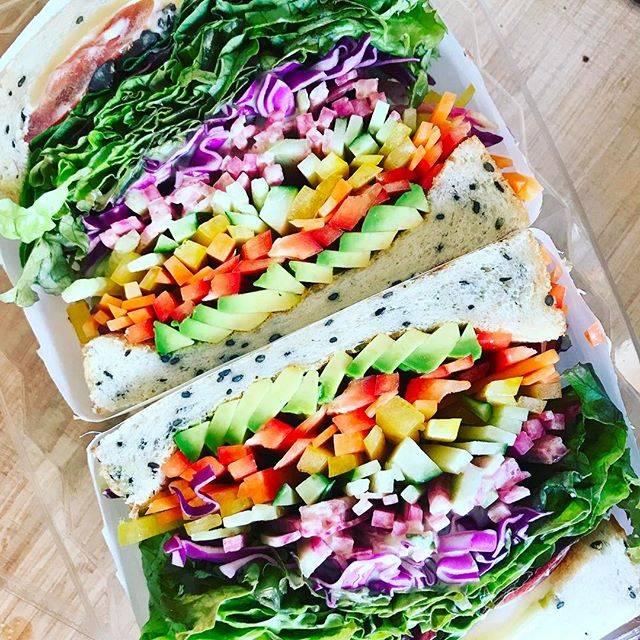 野菜がカラフルなサンドイッチ