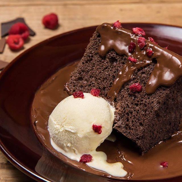 濃厚な「ブラックアウトケーキ」