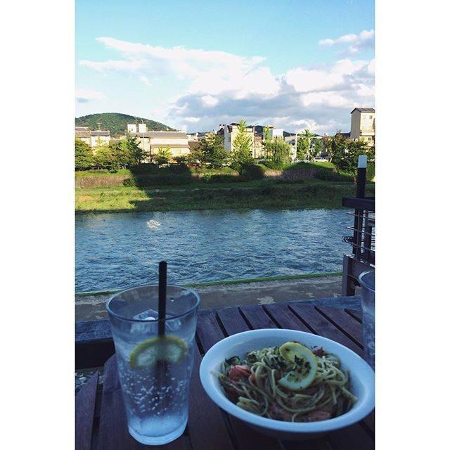昼食と夕食の間に鴨川を眺めながら 謎のパスタ摂取。 ....