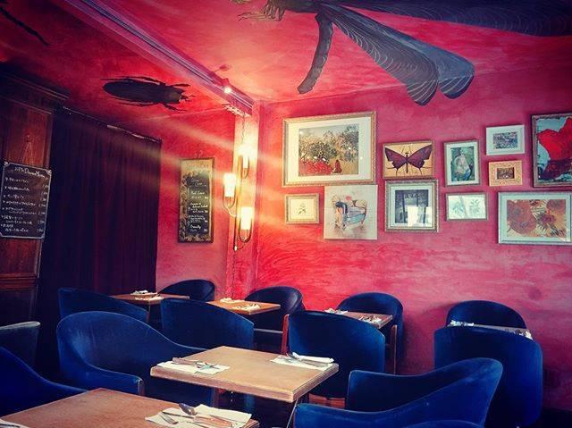"emi on Instagram: ""* ・ 3階建の1軒家カフェ☕️ 赤い壁と天井の大きな虫の絵が楽しい❣️ レトロな家具や小物などのインテリア おしゃれな映画のセットにいるみたい ・ ・ ・…"" (52188)"