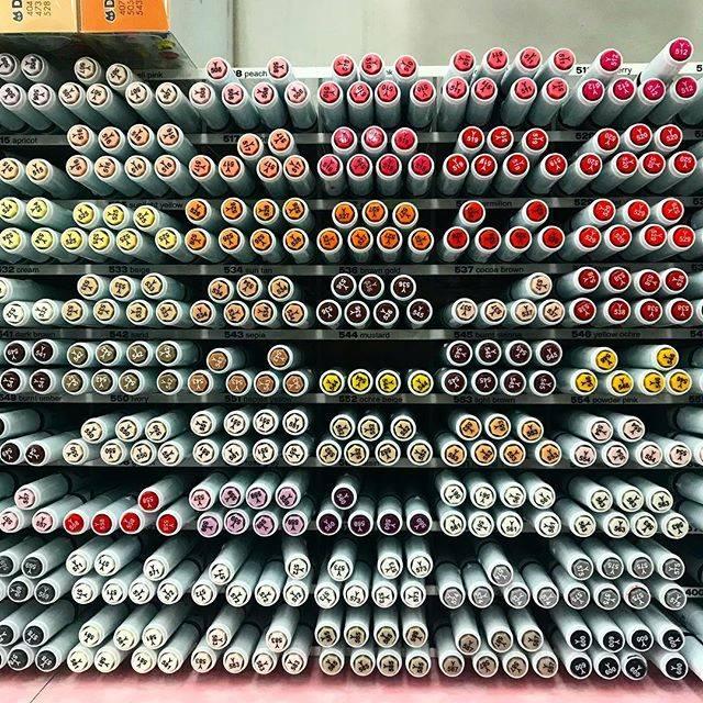 """ARUCAT on Instagram: """". 新宿世界堂さんのカラーぺン。 たくさんあって欲しくなった🤭 しかしなあ、イラスト描けないんだよなぁ😹 . 縁飾りや装飾のお手本ないかなぁ。 日本は少ないよね💦 . カリグラフィー用品は思ったより少なかった。 . #世界堂 #新宿  #カリグラフィー…"""" (53726)"""