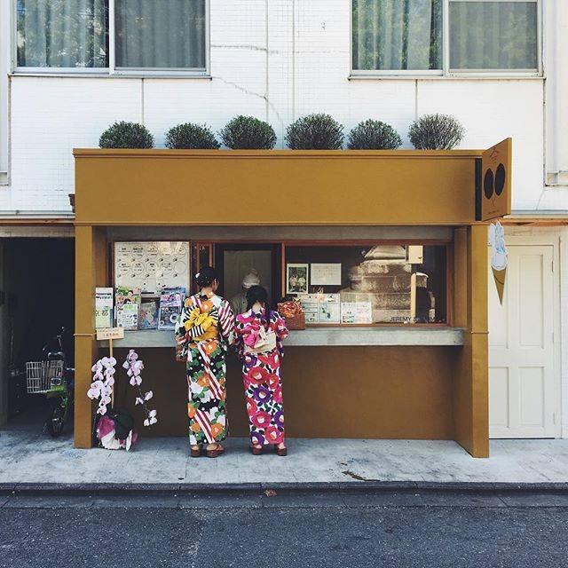 "@tsqnn on Instagram: ""店構えが可愛すぎる☁️ 大っきいわたがし食べながら歩くのちょっと恥ずかしかった…。 ㅤ ㅤ 🌳🌳🌳🌳🌳🌳 ㅤ ㅤ #jeremyandjemimah #jeremyjemimah #yukata #watagashi #sakuramochi #pink #sweets…"" (55381)"