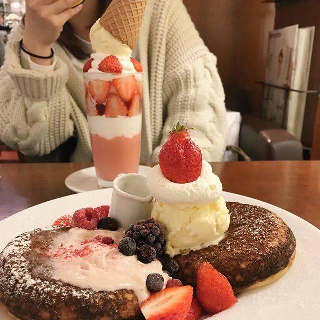 "@chihyang.k18 on Instagram: ""↪︎🍓🍓🍓 * * もっちもちのパンケーキが 美味しかった🥞 #ちょいと焦げ気味やけどね 👩🏾 * *  #osaka #umeda #cafe #bibliotheque #🍓 #sweets #pancake #strawberryparfait  #大阪 #梅田カフェ…"" (55977)"
