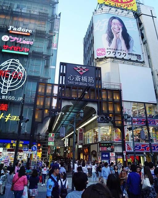 """Fumitaka Yokoyama on Instagram: """"大阪探訪・心斎橋筋商店街 道頓堀はメチャクチャ混んでます。ここもメチャクチャ混んでます。でもこの人混みのワラワラ感をたまに味わうとクセになります😄 活気のある観光地に行くと明るいパワーに満ち溢れてるんですよねえ。 ・ #日本 #旅行 #夏 #大阪 #道頓堀 #心斎橋筋…"""" (56312)"""