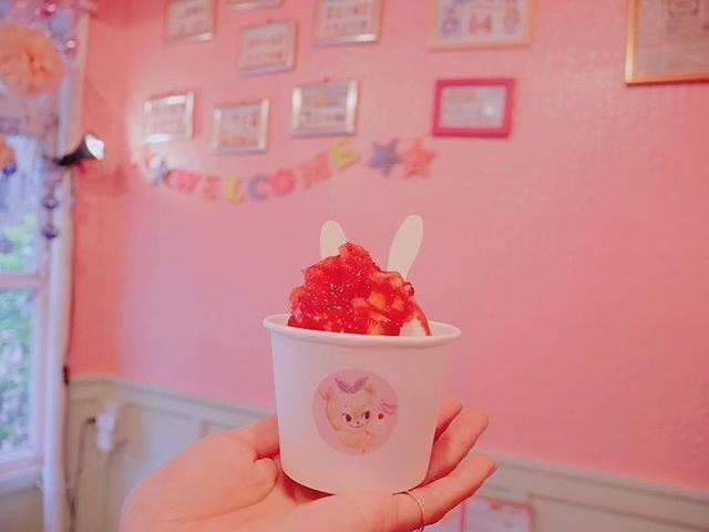 """Saori on Instagram: """"・ 娘が前から行きたがっていた アイスクリーム屋さん @sweet_twist__ へ🍨🦄💕 ・ ・ ・ ・ ・ 木いちごヨーグルトだったかな🍓 ・ 私1人なら入れないくらい可愛い空間👸🏼✨ ・ #sweettwist #icecream #pink #lovepink…"""" (59446)"""