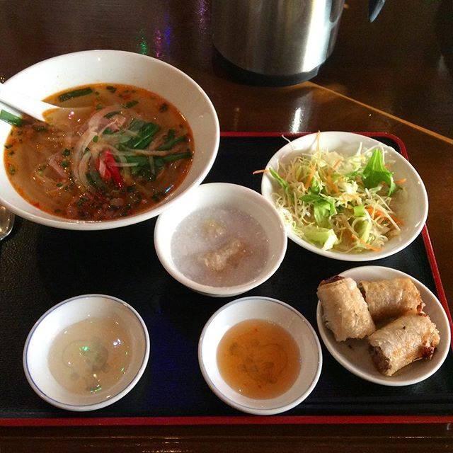 """@goma_withme on Instagram: """"お昼はフォーが食べたくなってひさびさにフォーベトへ。揚げ春巻きセットのフォーはピリ辛豚にしたよ。デザートはバナナのチェー🍌これで680円はかなりお安いよねー😉😋#lunch #フォー #フォーベト #ベトナム料理"""" (59988)"""
