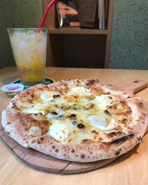 """@mcp_honma on Instagram: """"阿佐ヶ谷駅高架下、てくて内の本が読めるピザ屋さん。 5種のチーズとクルミのピザで、チーズたっぷり! 蜂蜜をかけると間違いない美味しさでした🍕 ・ チンクエフォルマッジ ナチュラルソーダ マンゴー ・ ・ #pizzafornocafe #ピッツァフォルノカフェ…"""" (60305)"""