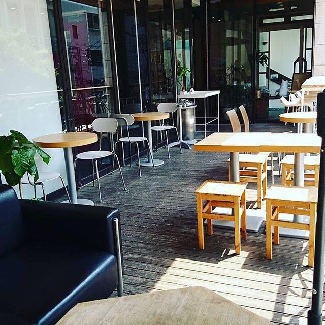"""ROBERTS_COFFEE 福岡大名/ロバーツコーヒー on Instagram: """". おはようございます! 今日も元気にオープンしています🙂 . 最近人気のテラス席を少し模様替えしました😉 ゆっくりできる特等席のソファーや格好いいハイスタンドでコーヒー飲むと格段に美味しく感じます!✨ . .…"""" (61194)"""