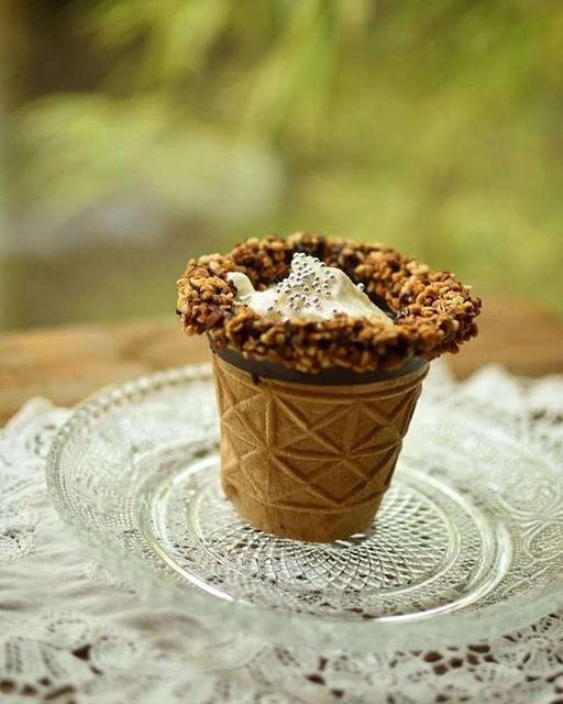 """hummingbird on Instagram: """"#sweets #ConeShot  お店からチョココーティングしたコーンカップを持ち帰りしてきて、家で飲み物を注いで頂いたのですが、ニャンコ先生のチェック待ちをしている間にふやけてきました。  カップの縁にもナッツなどがトッピングしてあって美味しかったです。  #おやつの時間…"""" (62508)"""
