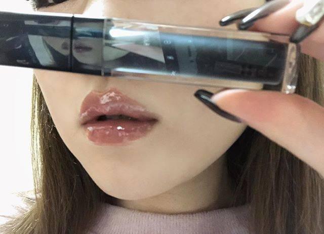 """tomoka_arima on Instagram: """"LBの黒グロス🖤🖤🖤🖤 ・ どこ行ってもsold outばっかで やっと見つけた!! しかもLBだから900円とゆう安さ!😳 やのにラメも色んなカラー入ってて 可愛くて手持ちの春色リップの 上にのせたらくすみカラーになる🖤 優れもの〜♩ ・ #lb #黒グロス #リップ…"""" (64068)"""