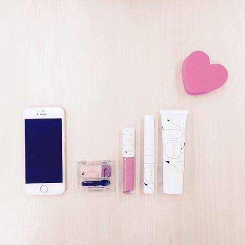 """アクア・アクア_オーガニックコスメ on Instagram: """"💓 朝の持ち物チェック。 . . #雨の日はピンク多めで #♡はファンデスポンジです  #ミニマムメイク #ピンク #pink #コスメ #化粧品 #メイク #cosmetics #makeup #ナチュラルコスメ #オーガニックコスメ #inmypouch #inmybag…"""" (64402)"""