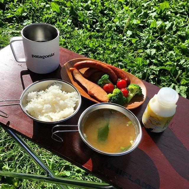 """@0404amy on Instagram: """". . キャンプの朝ごはん。 前日にスモークしておいた銀鮭、余ったソーセージで和定食に。 . 来る途中、道の駅で買った飲むヨーグルトを添えて😋 . . #camping #camp #キャンプ #ソロキャンプ #ソロキャンプ女子 #キャンプ女子 #キャンプめし #キャンプごはん…"""" (66389)"""