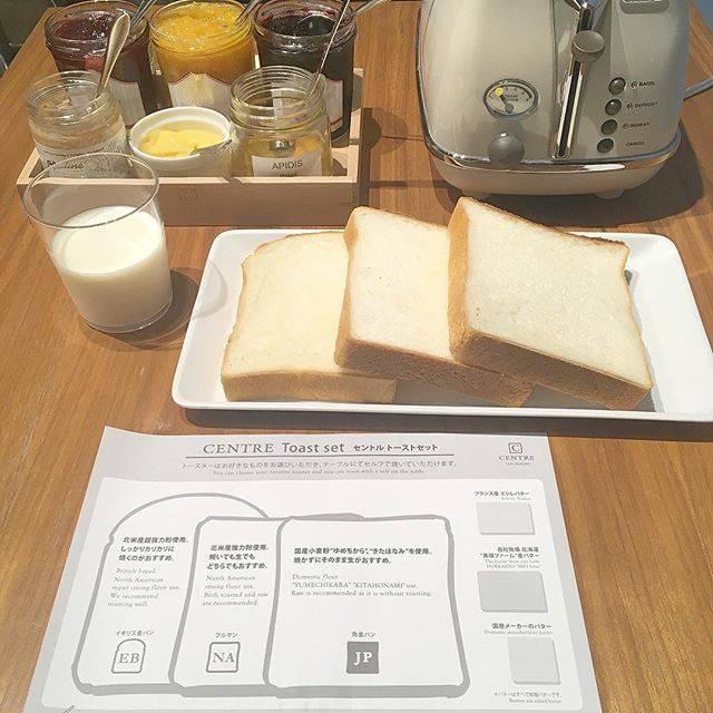"""mai on Instagram: """"モーニングで食パン食べ比べ . 開店前に行ってテイクアウトは 大行列だったけど カフェは何とか一巡目で入れた♡ . 好きなトースターを席に持ってきて、 自分で好きな焼き加減で 焼いて食べるスタイル ふわふわもちもちでした🤤 (3枚目しんどかった....) .…"""" (66660)"""