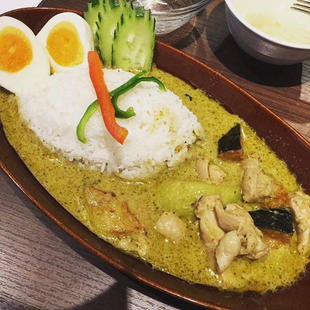 """🍷❼❼❸👖💙 on Instagram: """"今日のランチはマイペンライ で#グリーンカレー を食べたよ🍃😋 🌶🌶ちょっと辛い! が美味しかった辛いから合間に食べるキュウリも良かった👍👍 #カーキ だw"""" (66805)"""