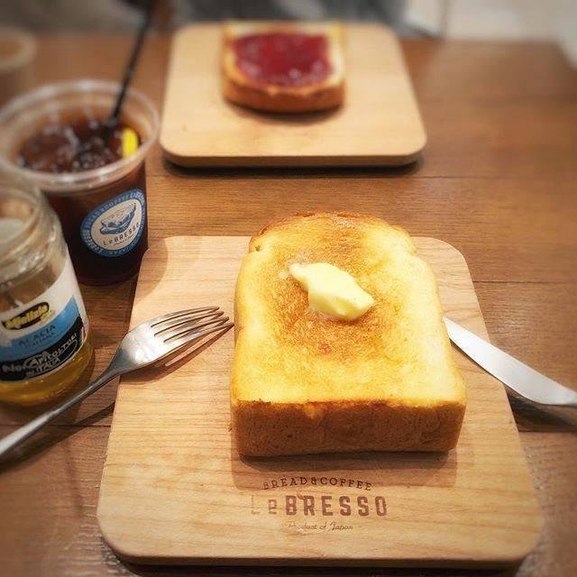 """MIKI-p🐈 on Instagram: """"🍞食パン食べたくて厚切りバタートースト甘い香りのパンは外はさっくり中はしっとりバターとアカシヤのハチミツ付きはー幸せ♡#レブレッソ"""" (66831)"""