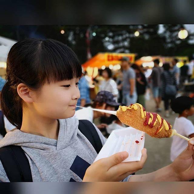 """学習塾@波川道場 on Instagram: """"近所の公園のお祭りにて。『来年はご馳走する!』とゆー去年の約束を果たすww  アメリカンチーズドッグ。  もう少しチーズが伸びてくれたら映えたかな?ww  #お祭り #まつり #夏祭り #アメリカンチーズドッグ #韓国式 #韓国式ホットドッグ  #のびるチーズ  #おいしい…"""" (67907)"""
