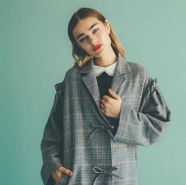 """HONEY MI HONEY OFFICIAL on Instagram: """". フロントにリボンを並べたガーリーなコートは今季一枚は手に入れたいチェック柄。 オーバーサイズのシルエットがコーディネートのポイントに。 . check coat ¥45,000  #HONEYMIHONEY #winter #fashion #item #coat…"""" (69273)"""