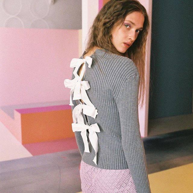 "HONEY MI HONEY OFFICIAL on Instagram: "". 着心地の良いリブニットのバックスタイルにリボンを並べたフェミニンなニットが入荷いたしました。  【NEW ARRIVAL】 backribbon knit ¥17,000  #HONEYMIHONEY #meinaveil #newarrivals…"" (69276)"