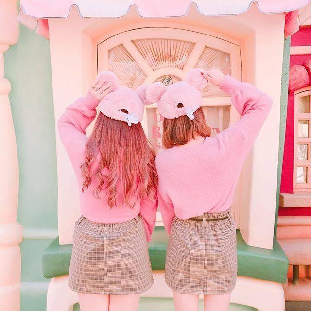 """♥ rinako ♥ on Instagram: """". . . まほ姉とピンクのキャップに合わせて ピンクコーデで双子ちゃ👯୨୧ . このキャップ後ろまでミッキーの手の形 になってるから後ろ姿までかわいい! もっふもふでお気に入り︎︎︎でふ❤︎ . . . #ディズニー #ディズニーランド #東京ディズニーランド…"""" (69386)"""