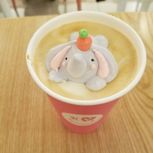 """Cafe de Kave on Instagram: """"-みなさん大変長らくお待たせいたしました。..ついに本日、グランドオープンです。今日、カフェラテ(HOT)をご注文いただいた方先着で可愛いゾウさんが乗っての提供となります!(数量限定)..皆様のご来店して心よりお待ちしております☺️"""" (70055)"""