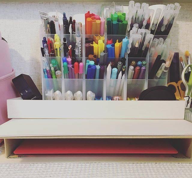 """よち on Instagram: """"作業台の上。 ペン棚の下に、 簡易ではありますが、 パソコン収納作った💻 (*´꒳`*) なんと! 頂き物の素麺とうどんの空き箱で💦 思い立ったらすぐ行動! 家にあるもので使えるものは使うのです!笑笑  これで パソコンの出番も増えるでしょう(๑>◡<๑)…"""" (70610)"""