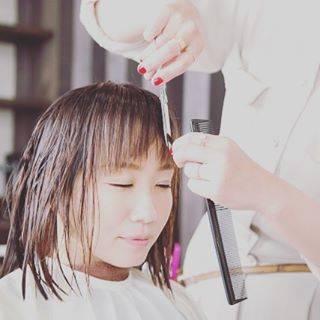 """☆彡世界のトム美容師☆彡 on Instagram: """"《前髪で人生がが変わる....かもしれない》  前髪で人生かわらないって思った、あなた見たほうがいいですよ!! 「前髪の大事さ」みなさん見てください🤔  #美容師 #スタイリスト #清水大樹 #シミズダイキ #美容室 #サロン #YouTube #DS美容師 #ヘア…"""" (70643)"""