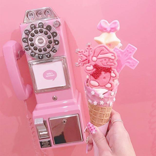 """maa on Instagram: """". . 久しぶりのEdd'ys icecream🍦💓 . クリスマス限定のソフトクリーム pink snowを食べに行ってきました❤️ . トッピングが細かいところまで可愛くて 特にこのピンクの雪だるまのクッキー がたまらなく可愛いすぎたぁっ⛄️💕 . . #東京 #原宿…"""" (70685)"""